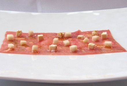 Veal carpaccio with white truffle honey, feta and Granny Smith apple (314.1 cal.)